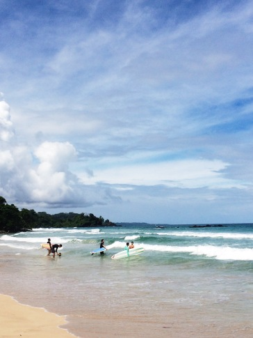 Surfistas en Red Frog Beach