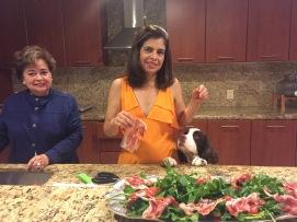 Mi mamá, mi abuela y Django preparando la cena