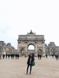 Entrando a la explanda del Musée du Louvre