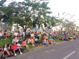 Gente esperando el desfile/People waiting for the parade