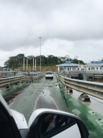 Manejando sobre las esclusas de Agua Clara/Driving on the Agua Clara locks!