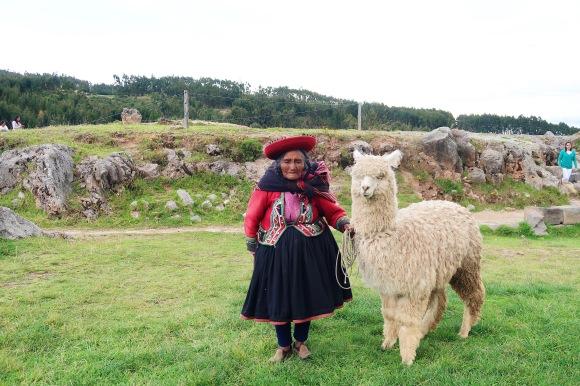 Mujer quechua con su alpaca/Quechua women with alpaca
