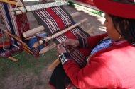 Mujer tejiendo/Woman weaving