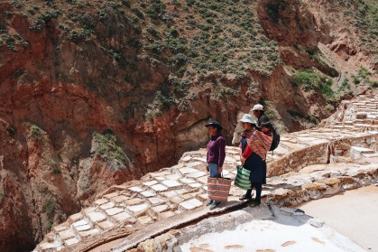 Familia quechua trabajando su mina/Qechua family collecting salt