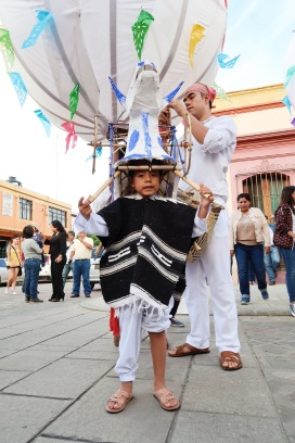 Un niño oaxaqueño preparándose para la Guelaguetza/A young boy getting ready for the Guelaguetza parade