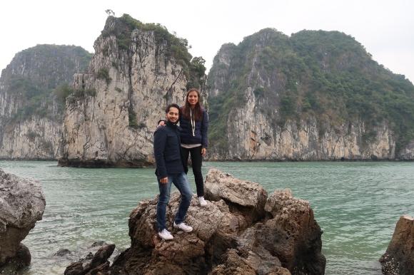 En el crucerito también haces una parada para explorar las cuevas dentro de las islas
