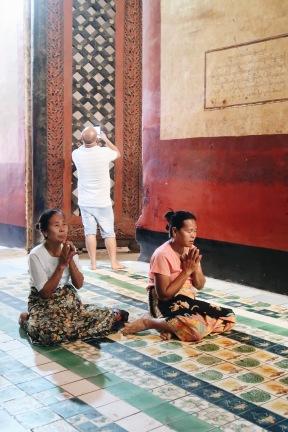 Locales orando