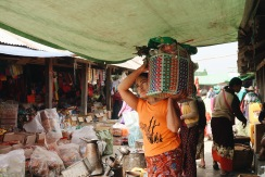 Mujer local haciendo sus compras