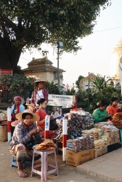 Mujeres vendiendo especias y comida
