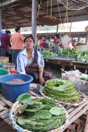 Una mujer vendiendo hojas de Betel