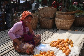 Mujer vendiendo naranjas